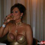 """""""Lady B"""" trinkt Sekt mit abgeschnürten Busen"""