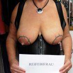 Reifebifrau große tätowierte Brüste