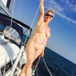"""""""Amateur Blondie"""" auf einem Segelboot"""